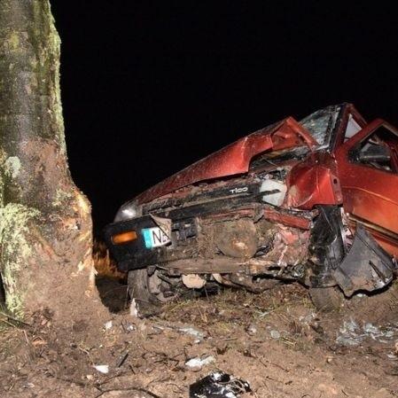 Wypadek wyglądał naprawde groźnie. Pijanemu kierowcy na szczęscie nic się nie stało, ale tragedia była blisko.