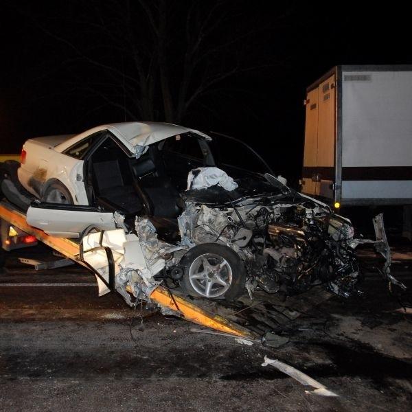 Samochody zderzyły się z olbrzymią siłą. Audi zostało doszczętnie zniszczone. Kierowca raneult - choć nie spowodował wypadku - jest w złym stanie psychicznym