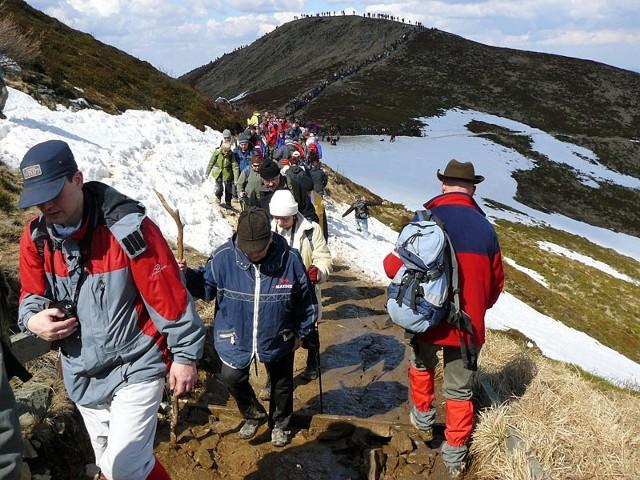 Droga krzyzowa na TarnicePielgrzymi byli zgodni: w tym roku uczestników wielkopiątkowej drogi krzyzowej na najwyzszy szczyt Bieszczadów – Tarnice, bylo wiecej. Prawdopodobnie ze wzgledu na przypadającą w tym dniu 5. rocznice śmierci Jana Pawla II.