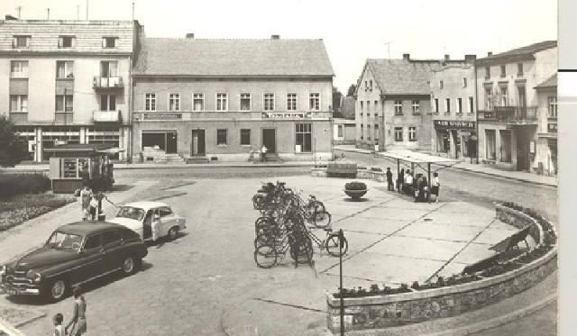 A oto stylowe zdjęcie z gorzowskiego Rynku z lat PRL-owskich. Na centralnym placu prezentują się samochody: Warszawa i Syrena. Czy ktoś pamięta, do kogo należały? Dzisiaj na gorzowskim Rynku nie ma już ani widocznego na zdjęciu przystanku, ani kiosku, ani dużego stojaka na rowery.