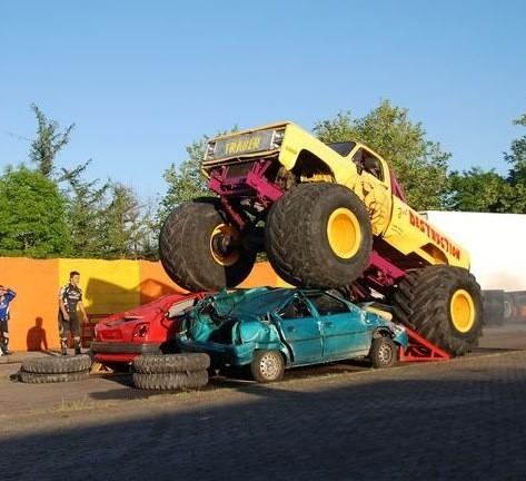 Pokazy akrobacji i jazdy na monster truckach da niemiecka rodzinna grupa kaskaderska.
