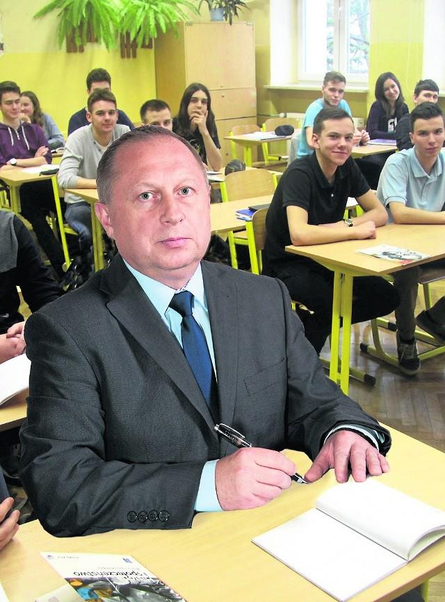 Problemem gminy jest to, że bezpośrednio sąsiaduje z Tarnowem i wielu uczniów wybiera naukę w miejskich szkołach. Możemy o nich jednak zawalczyć. Po to te zmiany - mówi Grzegorz Kozioł