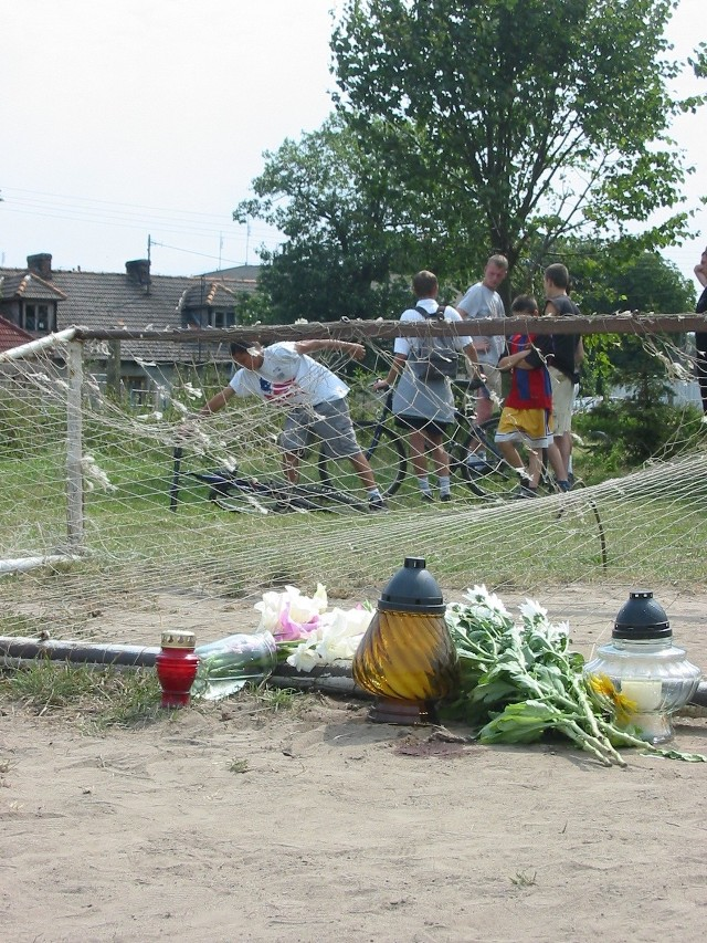 Przy feralnej bramce stoją kwiaty i płoną znicze. Nikt nie gra na tym boisku.