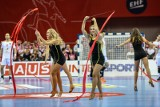 Cheerleaderki dodają blasku widowiskom sportowym. Wysportowane dziewczyny rozgrzewają publiczność podczas przerw w meczach [zdjęcia]