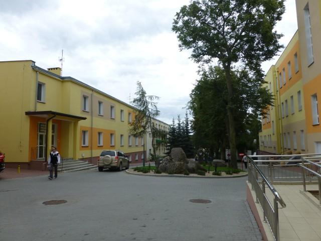 Szpital i oddział ginekologiczno-położniczy (z lewej).