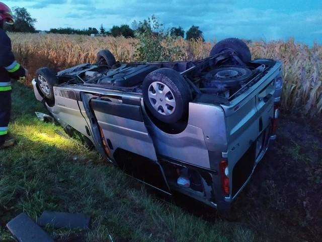 """W środowy poranek w powiecie bydgoskim doszło do niebezpiecznego wypadku. Samochód marki renault dachował i wpadł do rowu. Kierowca został zabrany do szpitala. FLESZ - wypadki drogowe<script async defer class=""""XlinkEmbedScript"""" data-width=""""640"""" data-height=""""360"""" data-url=""""//get.x-link.pl/5a045987-4951-2679-a3ed-a4f2b7bd9018,33b1bedd-564e-2997-f71c-99ca256a7ea3,embed.html"""" type=""""application/javascript"""" src=""""//prodxnews1blob.blob.core.windows.net/cdn/js/xlink-i.js?v1""""></script>"""