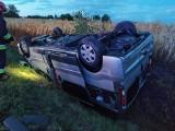 Wypadek pod Bydgoszczą. Samochód dachował i wpadł do rowu [zdjęcia]