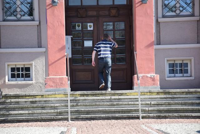 Starostwo po 16.00 zamykane jest na klucz, a wcześniej  pilnuje budynku ochrona. Dotychczas jej tu nie było.