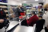Trzeba pilnie zaszczepić kasjerki i sprzedawców w sklepach. Brytyjski wirus bardziej zaraźliwy, więc zakupy stały się ryzykowne