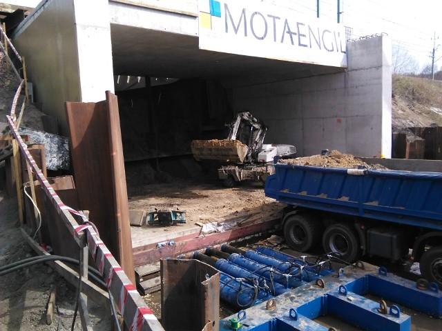 Na zdjęciach widać budowę tunelu, a także zabezpieczone torowisko z drugiej strony i przebudowane stare przejście pod torowiskiem, które teraz wykorzystuje się m.in. jako drogę dla maszyn budowlanych.