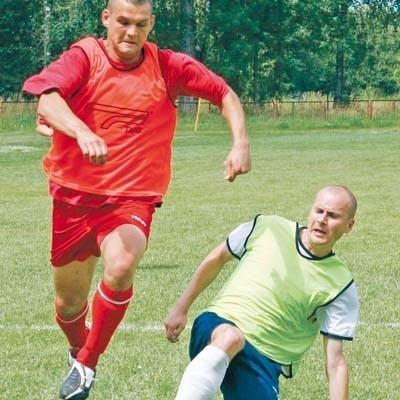 Paweł Galiński (biegnie) i Paweł Jurgielewicz to jedyni piłkarze z poprzedniego sezonu, którzy w sobotę zagrali w ŁKS-ie