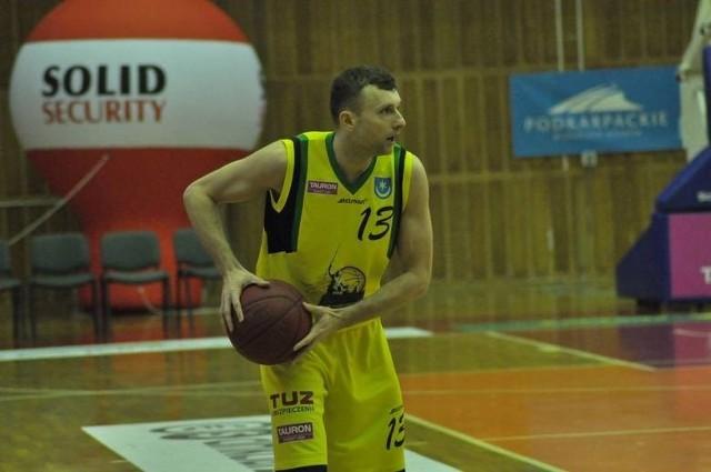 Koszykarze Siarki Tarnobrzeg (z piłką Jakub Zalewski), przegrali wyjazdowy mecz z AZS Koszalin