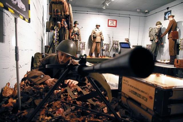 Postaci polskich żołnierzy zwiedzający mogą oglądać z bardzo bliska. Ich umundurowanie i uzbrojenie zostało przygotowane z ogromną dbałością o najmniejszy szczegół.