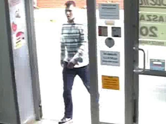 Policja poszukue tego mężczyzny. Wiek 25 lat, krępa budowa ciała, włosy krótkie. Poszukiwany ubrany był w białą koszulę z zielono-czarnymi pasami oraz czarne buty marki NIKE.