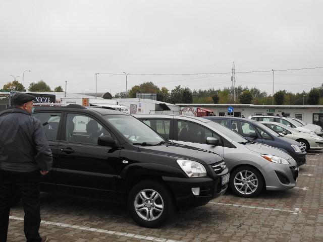 Takie samochody można kupić na giełdzie. Sprzedawcy oferują też części i inne różności.