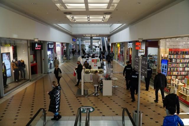 Chociaż Wigilia to dzień pracujący, tradycyjnie tego dnia sklepy i galerie handlowe są otwarte krócej niż zwykle. Jeszcze w południe w wielu miejscach można było spotkać poznaniaków robiących ostatnie przedświąteczne zakupy.Zobacz zdjęcia ---->