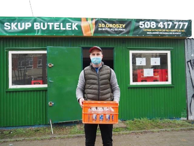 Od tygodnia działa w Łodzi punkt skupu butelek, jakiego w mieście nie było od lat. Otworzył go na łódzkich Kurczakach przedsiębiorca z Ujazdu.Kiedy punkt jest otwarty i jakie są zasady sprzedaży butelek? Czytaj na następnej stronie