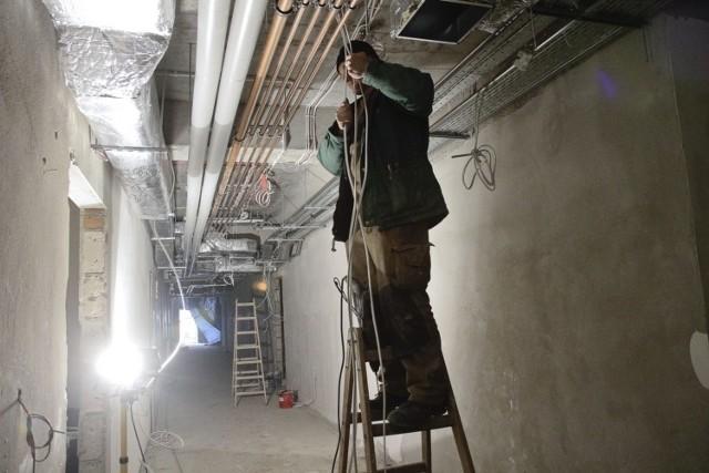 W nowo wybudowanej części trwa montowanie instalacji, które zaopatrują szpital w najpotrzebniejsze media