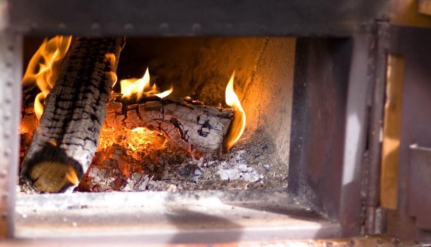 Wiele osób używających pieca na paliwo stałe wciąż rozpala...