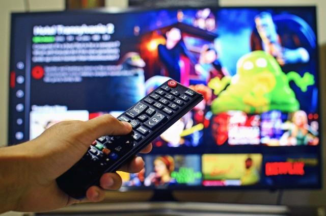 Producenci, aby zminimalizować straty, wprowadzają filmy na internetowe platformy wideo jak Neflix czy Player, gdzie można je oglądać po wykupieniu dostępu.