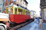 Inowrocław. Z ulicy Świętego Ducha odjechał tramwaj. Na wielkiej lawecie wprost do remontu. Zdjecia