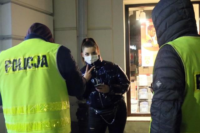 Kary za łamanie obostrzeń. Polacy wygrywają w sądach