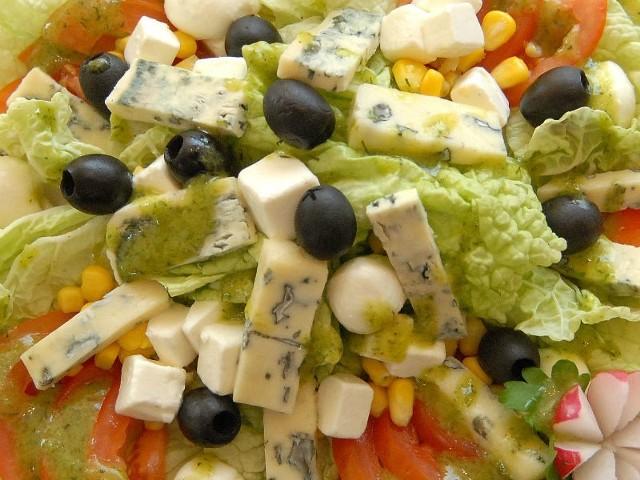 - Sałatka pachnąca serami to doskonała alternatywa na lekki obiad lub smaczną, sytą przekąskę. Idealne danie na lato - zapewnia szefowa kuchni.