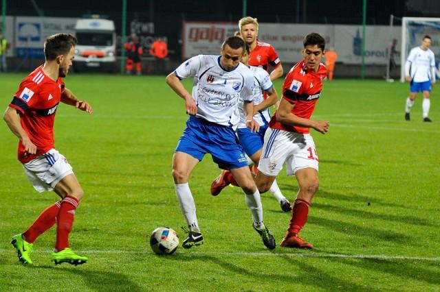 Obrońca Adam Orłowicz (w białym stroju) jest jednym z niewielu piłkarzy MKS-u, który raczej zostanie w klubie.