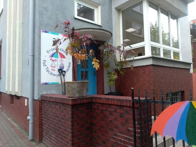 Jeszcze we wtorek trujące rośliny stały na schodach prowadzących do nieużywanego wejścia do budynku przedszkola