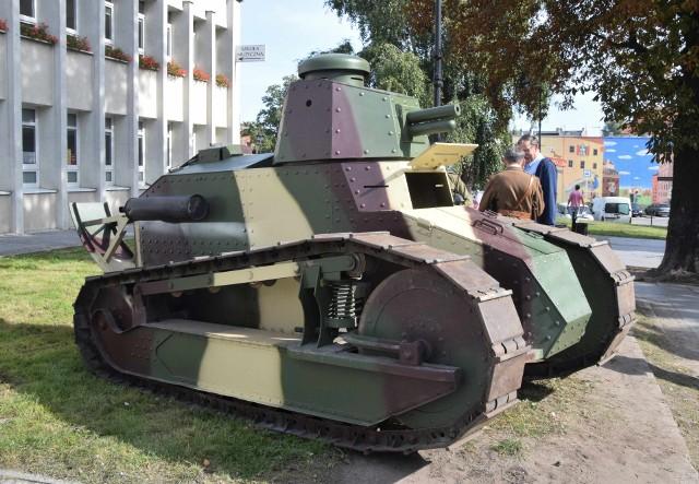"""W Inowrocławiu otwarto wystawę """"Kujawianie w walkach o niepodległość"""". Przed siedzibą Biblioteki Miejskiej przy ul. Kilińskiego była okazja obejrzeć czołg z I wojny światowej - Renault FT 17"""