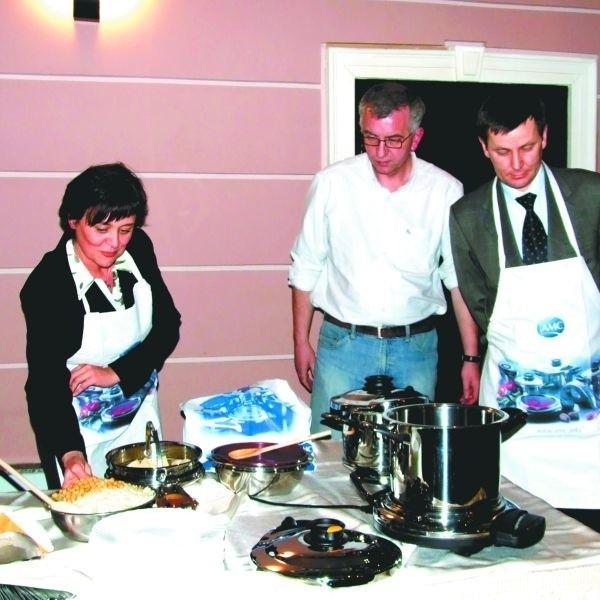 Białostoccy urzędnicy spisali się doskonale w roli kucharzy. Od lewej: Grażyna Bogdańska z PFRON-u, Adam Kurluta, dyrektor Departamentu Spraw Społecznych UM, i Adam Wiński, dyrektor Podlaskiego Oddziału PFRON-u