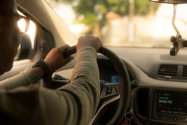 Jedzenie wpływa na pracę całego organizmu - zarówno na kondycję fizyczną, jak i psychikę. to, co jemy, ma także wpływ na koncentrację, nastrój, uwagę i poziom energii. Istnieje lista produktów spożywczych, których lepiej unikać podczas dłuższej podróży autem. Czego lepiej nie jeść za kółkiem w czasie drogi?Unikaj tych ryzykownych potraw podczas podróży, aby zagwarantować płynną jazdę. Oto 8 rzeczy, których lepiej nie jeść podczas długiej jazdy samochodem >>>>>