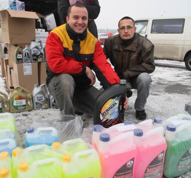 Podczas niedzielnej giełdy w Miedzianej Górze pracownicy firmy Moto Center oferowali zimowe płyny eksploatacyjne.