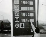 Tak się kiedyś tankowało! Stacje paliw sprzed 20 lat. Szokująco niskie ceny benzyny [ARCHIWALNE ZDJĘCIA]