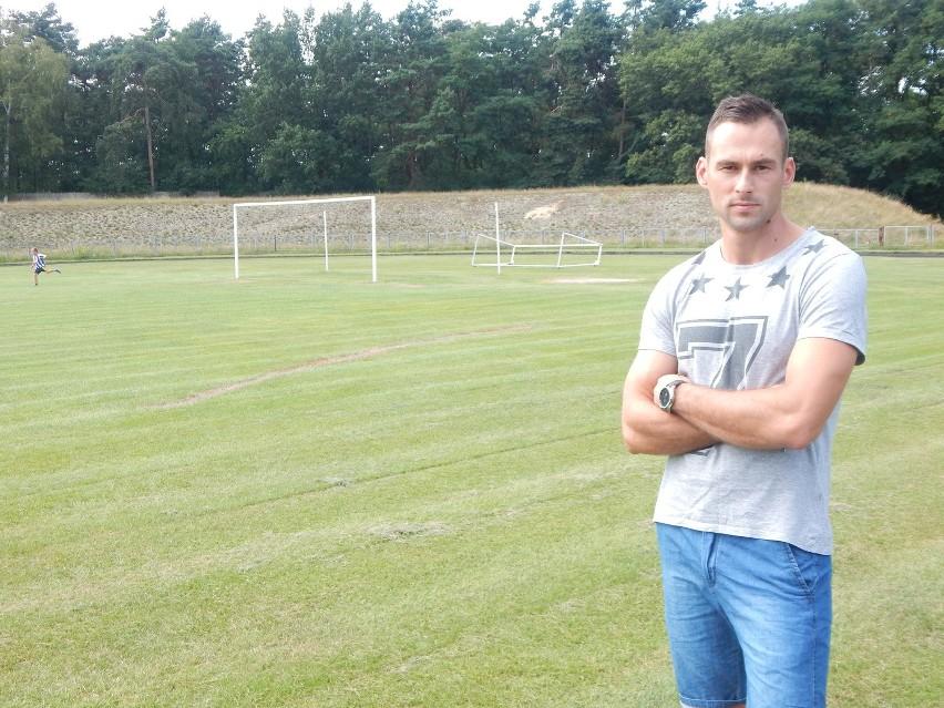Przemysław Fiedorowicz, piłkarz Cariny Gubin mówi, że murawa miejskiego boiska jest w złym stanie.