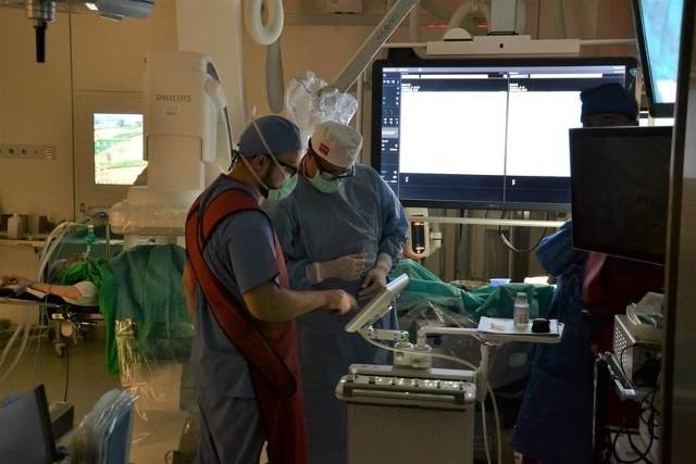 Dzięki zatrudnieniu w szpitalu prof. Murawy i zakupie nowoczesnego sprzętu można dziś wykonywać operacje, na które Lubuszanie do tej pory musieli jeździć do dużych ośrodków