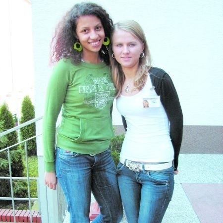 Sylwia Castaner (z lewej) i Katarzyna Part z ZSZ nr 4 są zdania, że najlepsza byłaby moda retro: białe bluzki i czarne spódnice