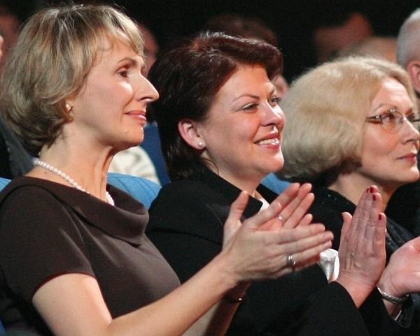 Andżelika Borys (w środku) oklaskuje występ polskich dzieciaków z Grodna