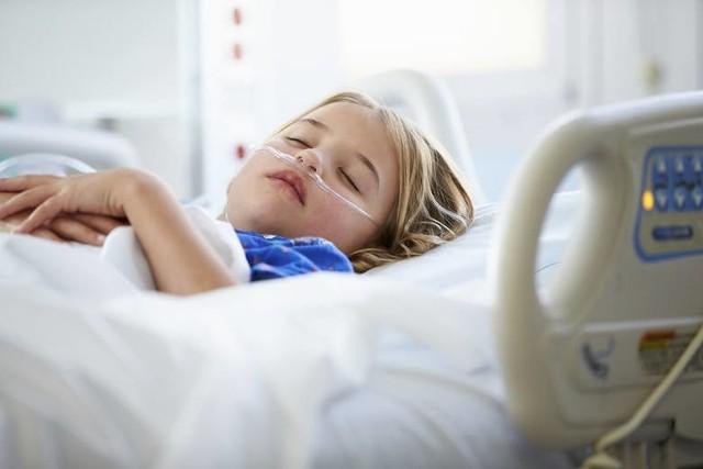 W Szpitalu Żeromskiego lekarze badają dzieci, które przeszły COVID-19. Zwracają uwagę, że mali pacjenci mają różne objawy również już po przejściu choroby. Z kolei jakiś czas temu włoscy naukowcy zaobserwowali u dzieci tzw. długi covid. Do jego najczęstszych symptomów należy m.in. bezsenność. Jakie są jeszcze objawy?  Przesuwaj zdjęcia w prawo - naciśnij strzałkę lub przycisk NASTĘPNE >>>LISTA OBJAWÓW >>>