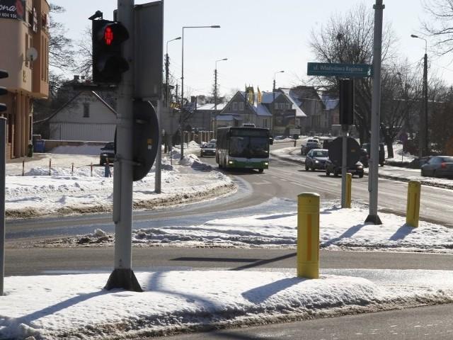 Kierowcy uważają, że problemu z zalegającym na krawędzi jezdni lodem nie byłoby, gdyby drogowcy dokładniej odśnieżali drogi. Dużą rolę odegrało słońce, które przez ostatnie dni roztopiło śnieg, ale to nie rozwiązało problemu.