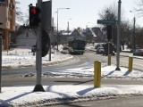 Ulica Wasilkowska. Zalegający śnieg przeszkadza kierowcom