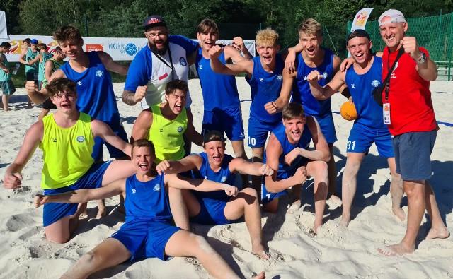 Zespół UKS Anilana ma powody do radości - drużyna wygrała wszystkie spotkania grupowe i teraz zagra w bratobójczym meczu z Piotrkowianinem