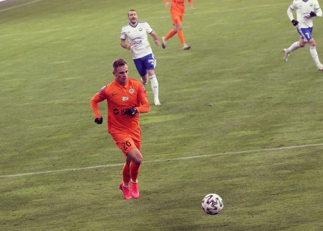 Kacper Chodyna to podstawowy prawy obrońca Zagłębia Lubin. Dziś także powinien zagrać w pierwszym składzie