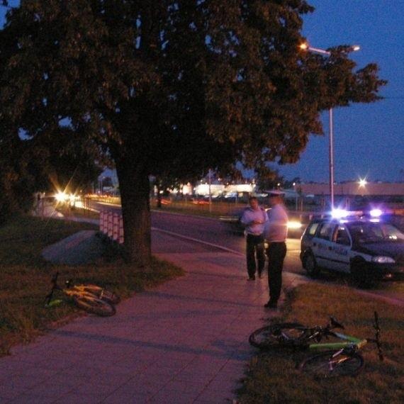 Jak mówią policjanci, raczej sie nie zdarza, by jeden rowerzysta zderzal sie z innym. Byc moze ta dwójka zapatrzyla sie tak na siebie wzajemnie.
