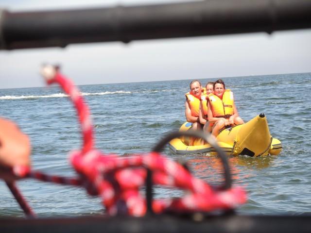 Tak się pływa w Świnoujściu.Banan jest jedną z ulubionych atrakcji na plaży w Świnoujściu. Może warto spróbować samemu?