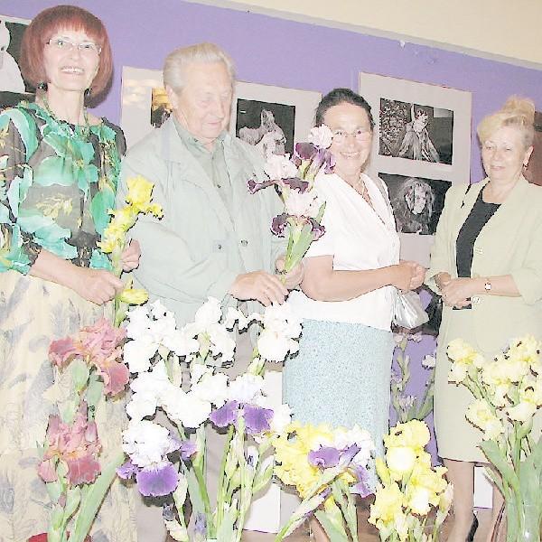 Członkowie sekcji miłośników roślin ozdobnych przy irysach wyhodowanych przez Irenę Majewską (pierwsza z lewej) i jej męża (pierwszy z prawej)
