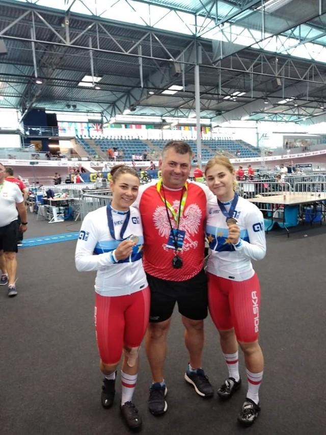 Nikola Wielowska (z lewej) i Nikola Seremak z trenerem Marcinem Adamowem