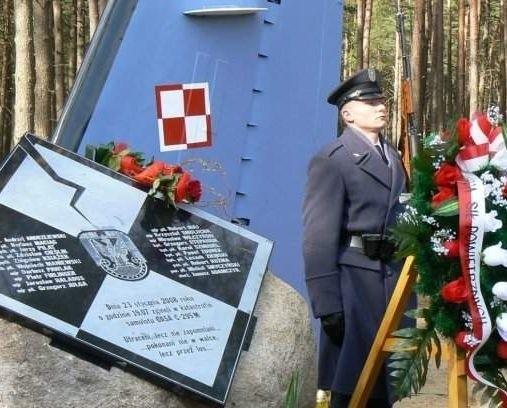 W miejscu tragedii, w pobliżu 12 Bazy Lotniczej w Mirosławcu, stanął pomnik upamiętniający oficerów, którzy zginęli w katastrofie.