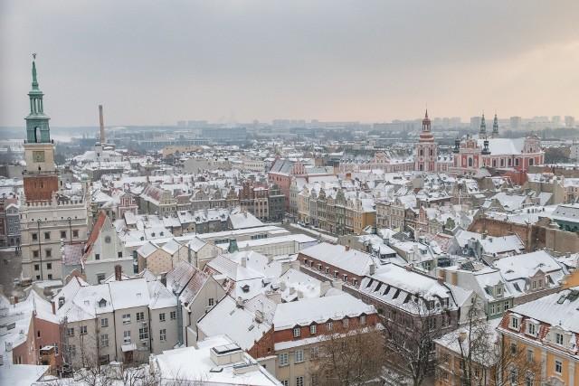 Od kilkunastu dni wiele miast w Polsce jest zasypane śniegiem. Nie inaczej jest w Poznaniu. W ostatnich latach zimy była raczej łagodne, więc tym bardziej warto zobaczyć panoramę Poznania widzianą z wieży Zamku Przemysła. Zobacz zdjęcia ---->