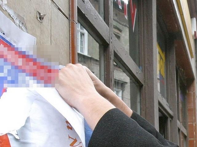 Policjantka z Pabianic, młodszy aspirant Bogumiła Klimczak, zatrzymała po służbie 19-latka, który w centrum miasta zerwał banery wyborcze jednego z kandydatów na prezydenta RP. CZYTAJ DALEJ NA NASTĘPNYM SLAJDZIE